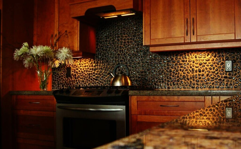 Natural Stone Backsplash Ideas : Wooden kitchen cabinets and decorating ideas for black