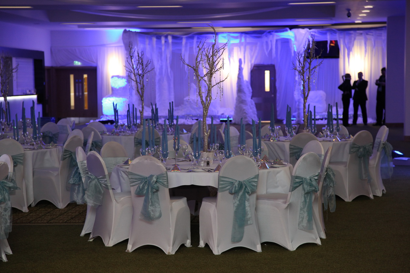 Winter Tablescape and Centerpieces Decorations Ideas-Ice-themed-Decorations