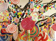 Four Gorgeous DIY Candy Themed Christmas Decorations That You Should Try | Raysa House