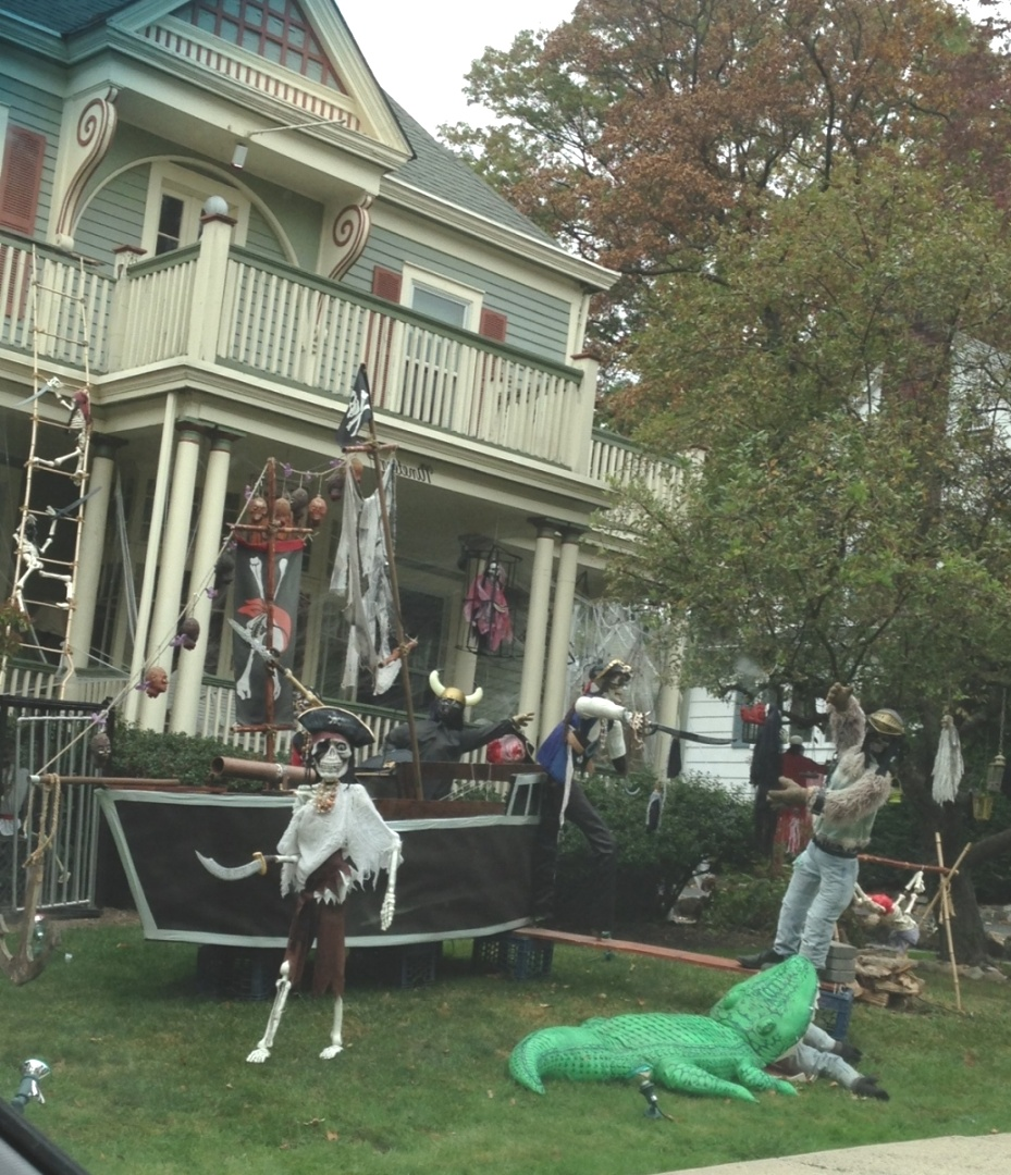 pirate themed halloween decorations | 26 Stunning House Halloween Decorations Ideas | Halloween house ..